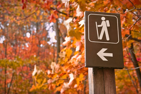 Hike-route-sign-in-fall